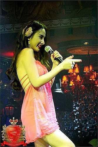 Bộ đồ mang hơi hướng đồ ngủ mỏng tang và ngắn cũn cỡn được Angela Phương Trinh mang lên sân khấu.