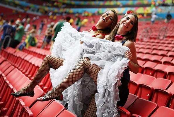 Hai cổ động viên Pháp có màn cổ vũ tinh nghịch với màn đá cao chân, hất vay kiểu những năm đầu thế kỷ 20