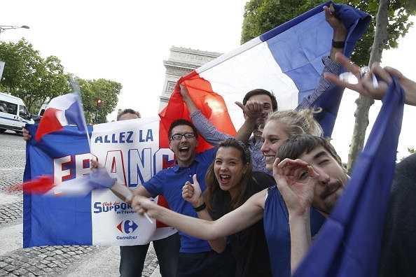Fan Pháp ăn mừng ở Paris