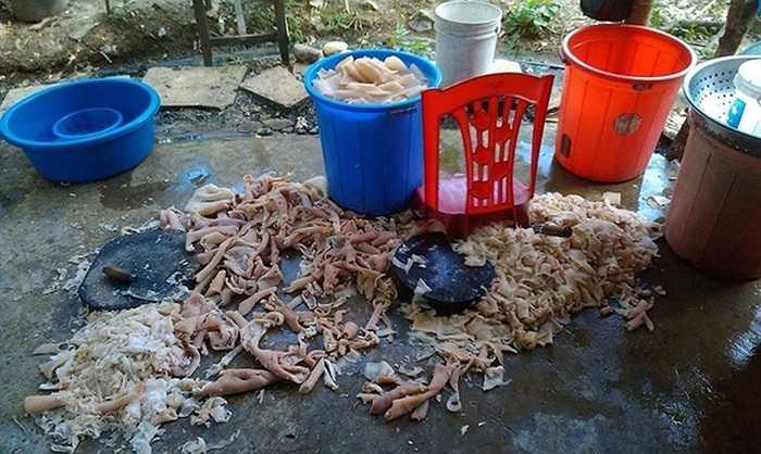 Hình ảnh quy trình chế biến nem chua trên nền đất bẩn ở Thanh Hóa được một du khách chia sẻ trên mạng xã hội. Hình ảnh đã gây xôn xao dư luận thời gian qua.
