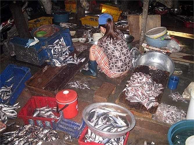Cá ươn thối được phù phép thành đặc sản kho tộ, chả rán