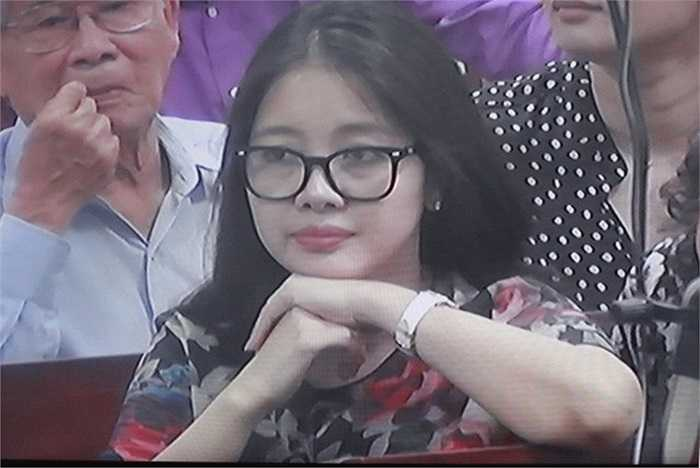 Khi bầu Kiên dính vào vòng lao lý, với tư cách Tổng giám đốc một công ty của chồng, bà Lan may mắn không phải ra hầu tòa.