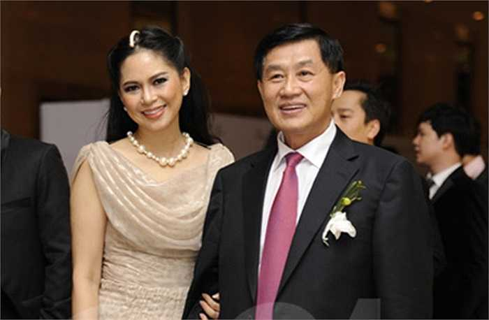 Là những doanh nhân thành đạt nhưng cặp đôi Johnathan Hạnh Nguyễn và Lê Hồng Thủy Tiên chỉ nổi tiếng khi trở thành bố mẹ chồng của 'ngọc nữ' Hà Tăng.