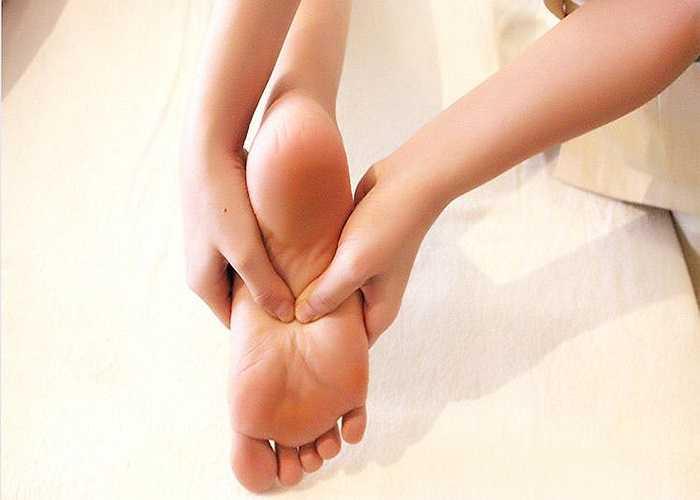Sưng chân: Bong gân, bị thương và các bệnh nhiễm trùng, có thể làm bàn chân và mắt cá chân bị sưng phù. Mang thai, béo phì và một số thuốc khác có thể gây ra ứ nước ở chi dưới. Sưng chân cũng có thể là dấu hiệu của bệnh suy tim.