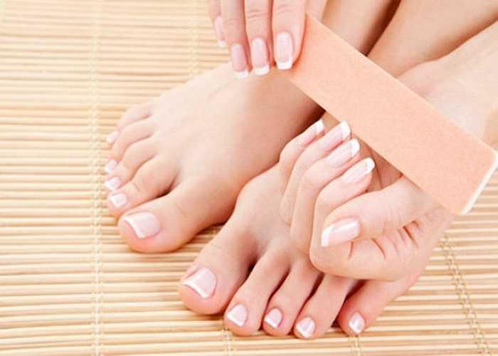 Bất thường trên móng (tay, chân): Móng tay lồi lõm cũng có thể là do rối loạn thận, thiếu sắt hoặc một xu hướng bị viêm khớp. Trên móng xuất hiện những vết dọc, ngang là biểu hiện của tình trạng thiếu các vitamin hoặc căng thẳng thần kinh.