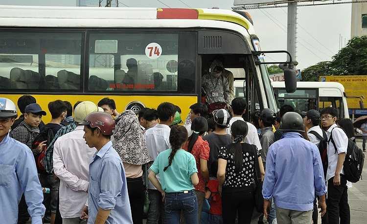 Ngày 2/7, các bến xe Giáp Bát, Mỹ Đình, Gia Lâm...chật cứng các sĩ từ về Hà Nội thi đại học 2014.