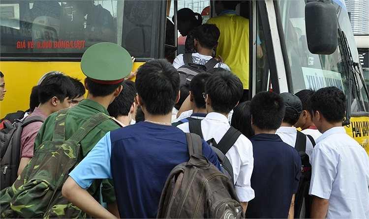 Các chuyến xe đổ về Mỹ Đình, Giáp Bát cũng trở nên quá tải trong thời điểm này.