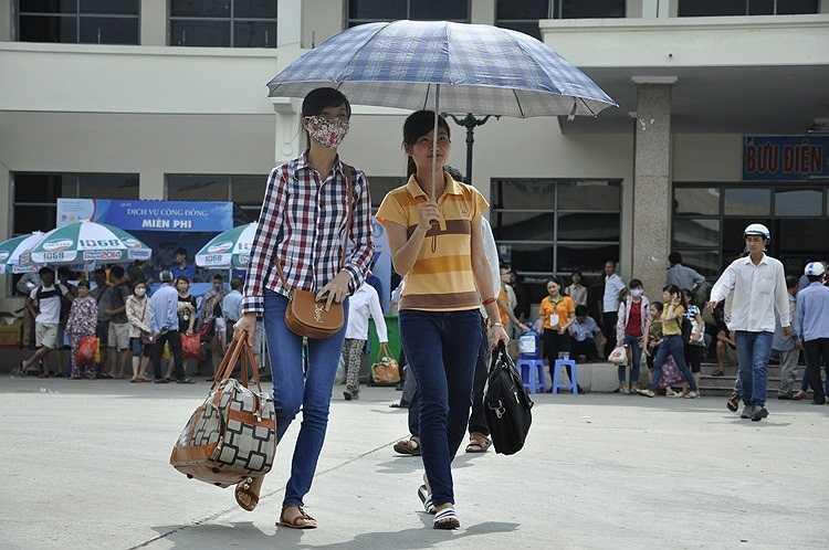 Hàng nghìn thí sinh đội năng lên Hà Nội chuẩn bị cho kì thi đại học sắp tới.