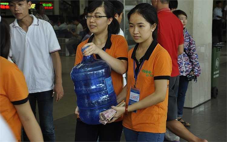 Tại các bến xe, đội ngũ sinh viên tình nguyện có mặt để giúp đỡ các thí sinh và người nhà.