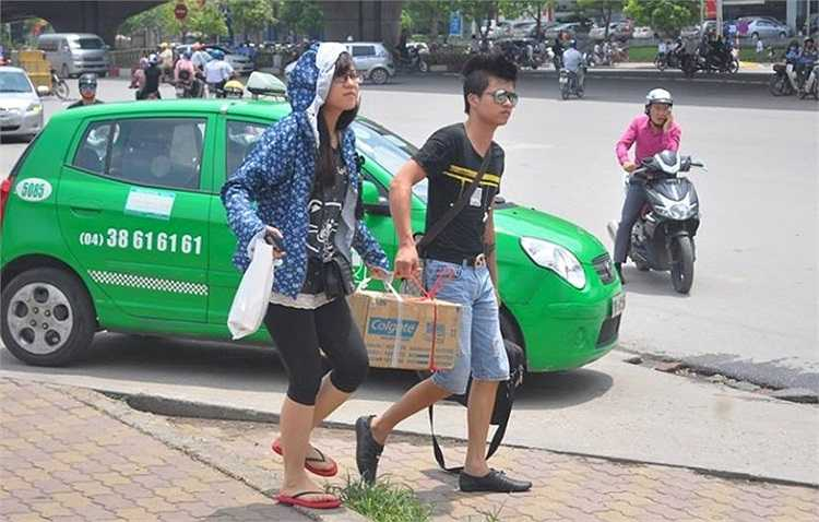 Trời nắng, nhiều sĩ tử mệt mỏi sau quãng đường dài di chuyển từ quê đến Hà Nội.
