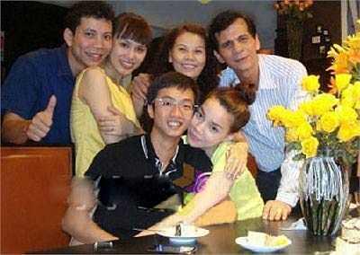 Năm 2009, những bức ảnh đầu tiên giữa Hà Hồ và Quốc Cường bị lộ. Khi đó, dư luận bắt đầu ồn ã về mối quan hệ của cặp đôi này.