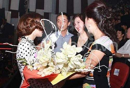 Giữa tin đồn Hà Hồ không được lòng mẹ chồng, việc xuất hiện của bà Như Loan trong chung kết The Voice 2012 đã chứng tỏ điều ngược lại, Hà Hồ sau đó cũng khẳng định, mối quan hệ của cô và mẹ chồng rất tốt đẹp.