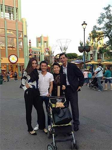 Hình ảnh rạng rỡ của cả gia đình trong chuyến du lịch cuối năm 2013.