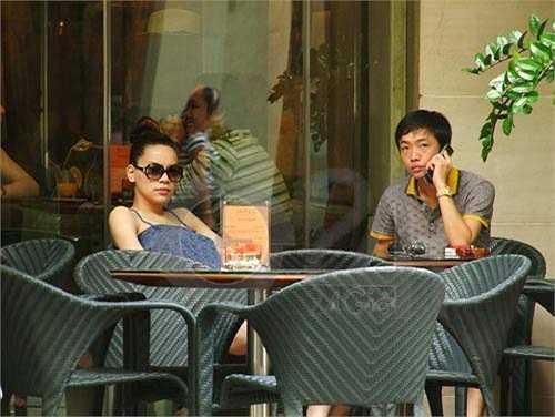 Giữa lúc tin đồn lên đến đỉnh điểm, Hà Hồ xuất hiện công khai với Quốc Cường ở một quán cafe giữa trung tâm Sài Gòn. Đồng thời sau đó, cô lên báo thừa nhận việc có bầu. Quốc Cường cũng bảo vệ bạn gái trong thời điểm đó, rằng anh không mua nhà, mua xe cho cô cũng như không quan tâm đến chuyện quá khứ đã từng làm đám cưới của Hà Hồ.