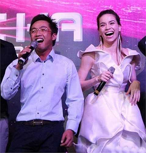 Trong tiệc sinh nhật của Hà Hồ năm 2011, Quốc Cường còn lên hát tặng vợ và dành cho nữ ca sĩ những cử chỉ âu yếm ngay ở bữa tiệc.