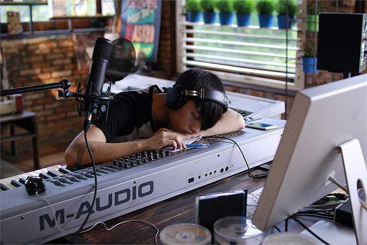Sơn Tùng M-TP ngủ gục đáng yêu trong phòng thu trong những cảnh quay hậu trường của phim 'Chàng trai năm ấy'.