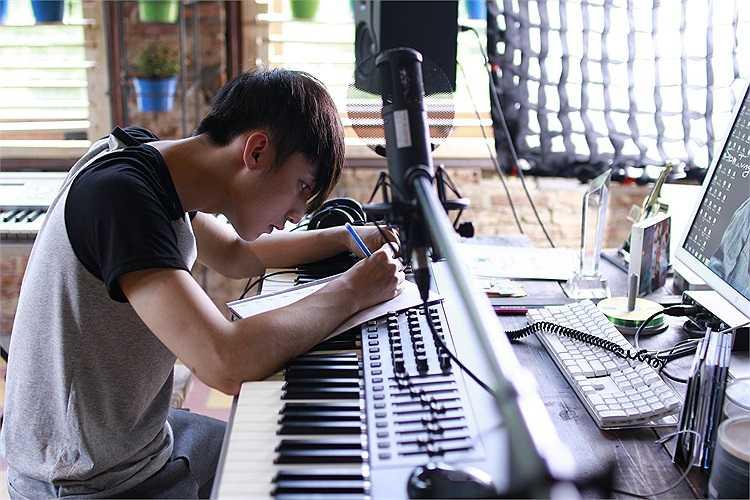 Tiếp nối thành công của bộ phim Thần Tượng với chiến thắng 6 giải Cánh diều Vàng, đạo diễn Nguyễn Quang Huy tiếp tục thực hiện bộ phim thứ hai của mình mang tên Chàng trai năm ấy.