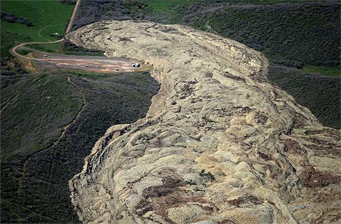 Vụ lở đất xảy ra trên một ngọn núi ở vùng Grand Mesa, phía tây bang Colorado, Mỹ, hồi cuối tháng 5 vừa qua. Khu vực này được chụp lại lại từ vệ tinh Landsat 8 hôm 7/6. Bề mặt ở nhiều khu vực trở nên không ổn định sau tác động của những cơn mưa lớn.