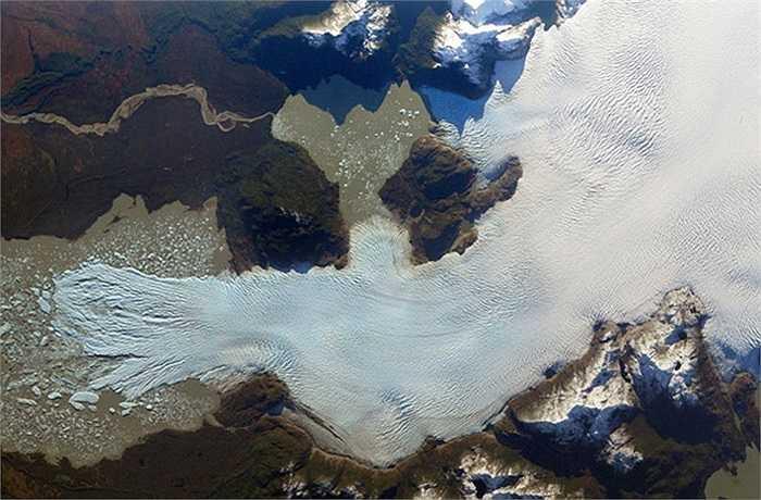 Cánh đồng băng bắc Patagonia trên dãy núi Andes ở Chile là phần còn lại của một mảng băng lớn từng bao phủ toàn bộ khu vực này cách đây khoảng một triệu năm. Ảnh vệ tinh cho thấy trong nhiều năm qua, quá trình biến đổi khí hậu đang khiến khối lượng băng ở đây mất dần.