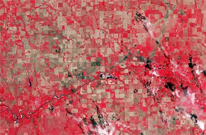 Thảm họa lốc xoáy kép ở Pilger, bang Nebraska, Mỹ, được tái hiện qua hình ảnh vệ tinh của NASA. Các ô vuông màu đỏ trên thực tế là những cánh đồng xanh, những vệt màu nâu là đường đi của lốc xoáy.