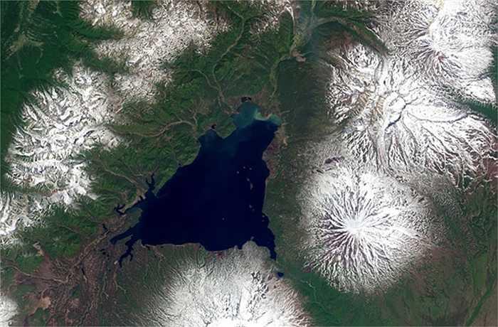Một điểm trên cao của núi lửa Kizimen, nằm ở bán đảo Kamchatka thuộc vùng Viễn đông của Nga. Sau 9 tháng hoạt động, núi lửa vẫn được bao phủ tuyết trắng, hai hồ nước lớn ở chân miệng núi lửa vẫn đóng băng.