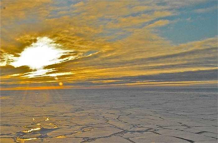 Trong quá trình nghiên cứu, các chuyên gia của đoàn Khảo sát Địa chất Mỹ đã ghi lại được cảnh Mặt Trời mọc ở Bắc Băng Dương. Đây là hình ảnh chụp từ phía con tàu nghiên cứu mang tên USGC Healy.