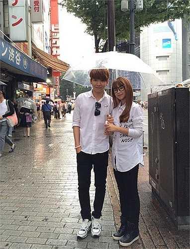 Những hình ảnh trong chuyến đi lưu diễn ở Nhật Bản của My - Khánh cũng khiến các fan thêm khẳng định, cặp đôi đang hẹn hò. Bên cạnh những giây phút vui đùa cùng cả đoàn nghệ sĩ Việt Nam, Khởi My đều đi chung, ngồi ăn chung với Kelvin mặc dù có cả mẹ mình đi cùng. Thậm chí, cặp đôi còn công khai cử chỉ tình cảm thân mật, thường xuyên quan tâm đến nhau.