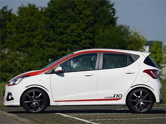 Hyundai i10 Sport không còn bộ cánh đơn sắc nữa mà đã xuất hiện thêm một số sọc màu đỏ đen kiểu thể thao.