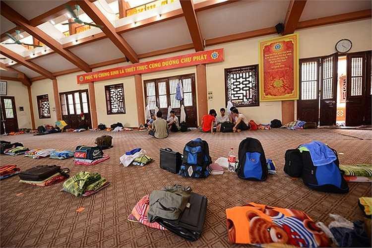 Khu nghỉ dành cho thí sinh nam là giảng đường học Phật pháp của chùa rộng hơn 300 m2. Căn phòng cùng lúc đủ chỗ ăn ngủ cho 100 người kể cả phụ huynh và sĩ tử.