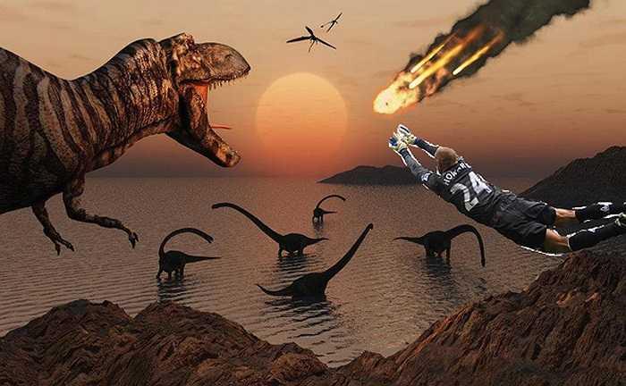 Howard xuất hiện trong loạt ảnh chế của cộng đồng mạng sau trận đấu với Bỉ. Trong ảnh, anh cứu khủng long khỏi họa tuyệt chủng hàng triệu năm trước.