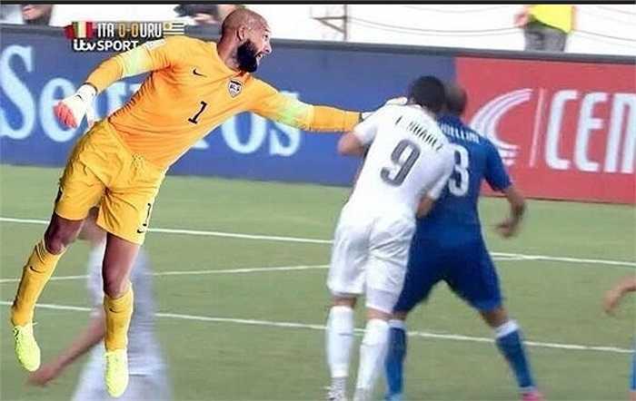 Thêm một tình huống ngăn Suarez cắn Chiellini.