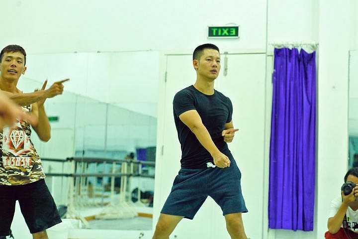Cùng với Uyên Linh, tiết mục nhạc kịch tươi mới này còn có sự góp mặt của biên đạo múa John Huy Trần và quán quân So you think you can dance 2012 Lâm Vinh Hải.