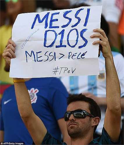 Băng rôn ca ngợi Messi, 'dìm hàng' Pele của một CĐV Argentina.