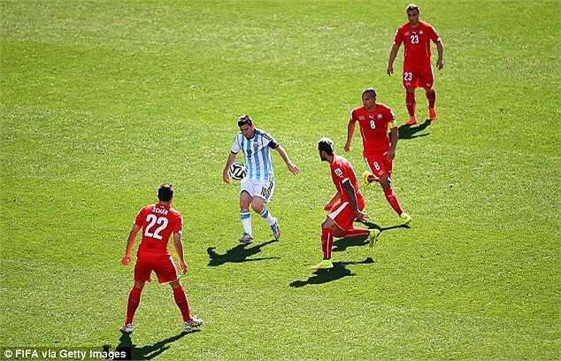 Những hình ảnh Messi quấy đảo, phá nát hệ thống phòng ngự của đội tuyển đến từ xứ sở đồng hồ...