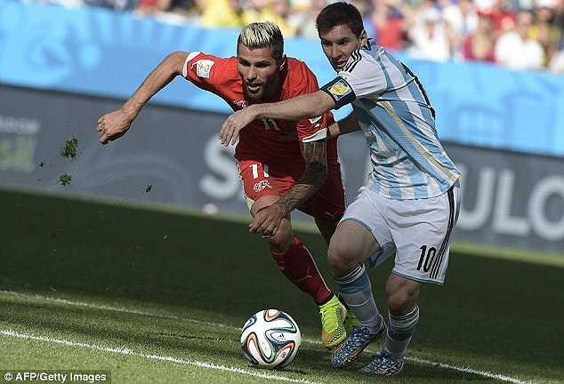 Đội trưởng Argentina vượt qua được luôn cả Behrami - cầu thủ được cắt cử theo sát đặc biệt Messi.