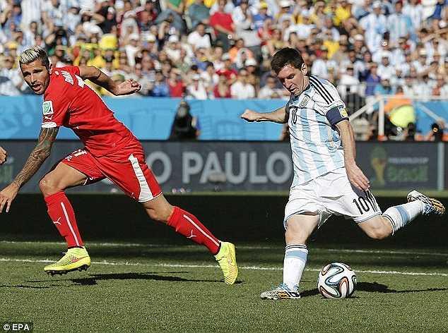 Pha ra chân quyết định của Messi.