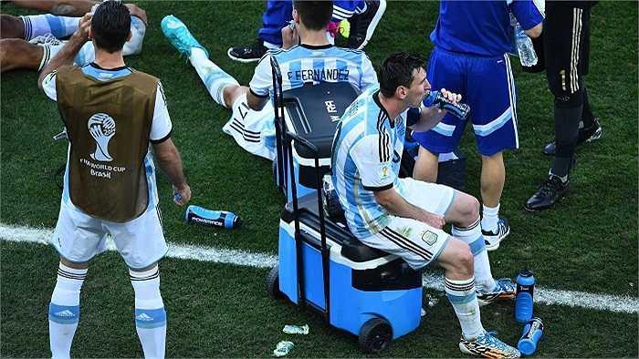 Trong trận đấu này, Messi cùng các đồng đội đã mất rất nhiều sức lực trước lối đá chặt chẽ, vô cùng kỉ luật của Thụy Sỹ.