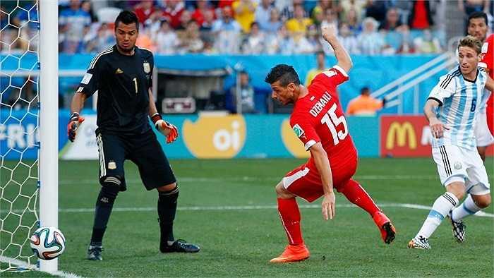 Argentina cũng có một phen hú vía khi vào những giây cuối cùng của trận đấu Dzemali dứt điểm chệch khung thành trong gang tấc.