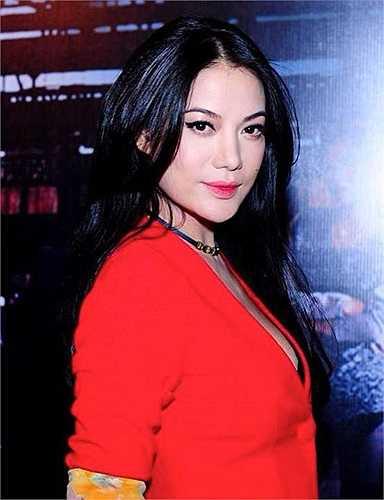 Gần đây, nữ diễn viên bắt đầu diện những trang phục xẻ sâu hơn mức bình thường.