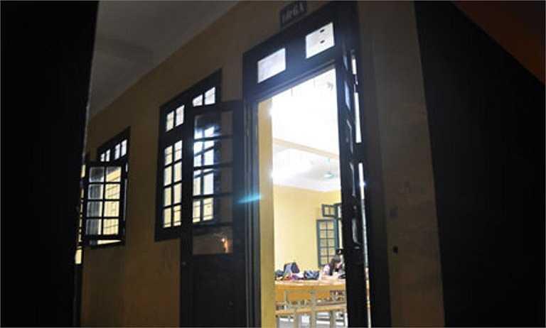 Hai phòng thi tại Trường THCS Quang Trung (Hà Nội) được tận dụng làm chỗ ngủ nghỉ cho thí sinh và phụ huynh.