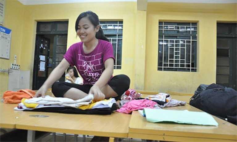 Chị gái của Nguyễn Thị Phương (Trường THPT Mỹ Tho, Ý Yên, Nam Định) đang gấp quần áo tạo thành gối đầu cho hai chị em để ngủ.