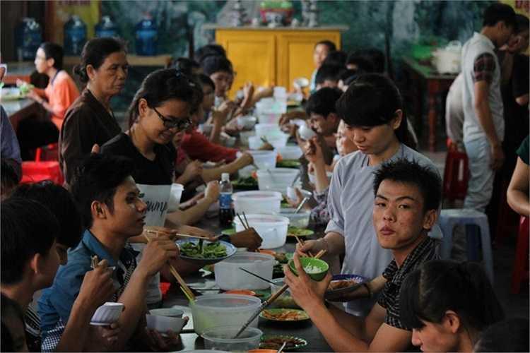 Đến hẹn lại lên, cứ vào mỗi đợt tuyển sinh đại học, cao đẳng 2014, cửa chùa Hiển Nam (3A Trần Thị Kỷ, TP Quy Nhơn, tỉnh Bình Định) lại rộng mở đón hơn 200 thí sinh đến ăn ở miễn phí.