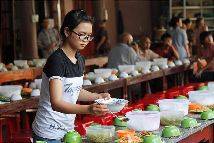 """Để có những bữa cơm ngon, đảm bảo chất dinh dưỡng cho thí sinh, nhà chùa đã huy động lực lượng đầu bếp và liên hệ với các """"nguồn"""" thực phẩm sạch để đảm bảo an toàn cho thí sinh và người nhà."""