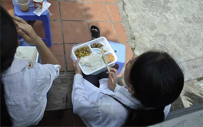 Riêng tại điểm chùa Thánh Chúa (nằm trong khuôn viên Đại học Sư phạm Hà Nội), hơn 250 suất cơm miễn phí đã được phát cho các phụ huynh và sĩ tử.