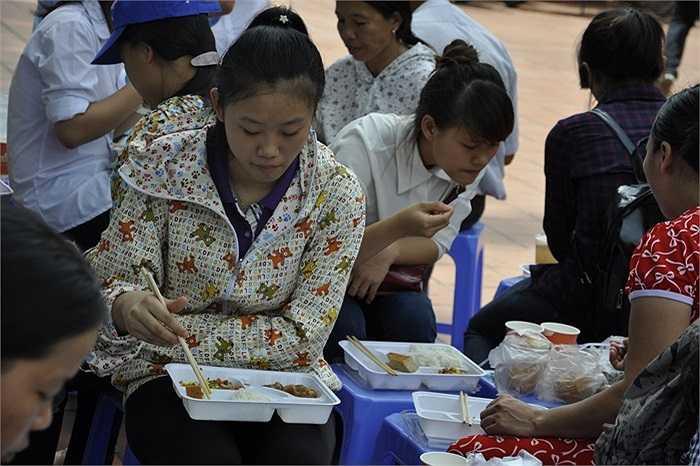 Sĩ tử ăn trưa tại chùa Thánh Chúa với các suất cơm miễn phí sau khi kết thúc môn thi Toán.