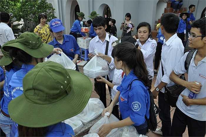 Sinh viên tình nguyện phát cơm cho các sĩ tử