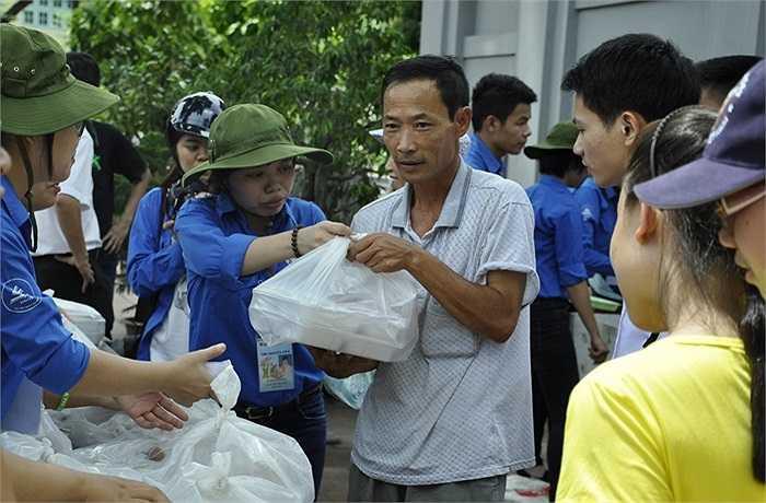 Nhiều phụ huynh vui mừng và cảm ơn các nhà từ thiện đã giúp đỡ trong những ngày thi đại học ở Hà Nội.