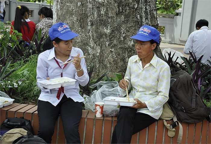Gia đình chị Hải ở Lào Cai ăn cơm miễn phí tại chùa Thánh Chúa. Chị Hải rất xúc động trước sự giúp đỡ tận tình của các nhà hảo tâm.