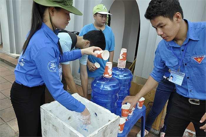 Sinh viên tình nguyện chuẩn bị nước phục vụ phụ huynh và sĩ tử.