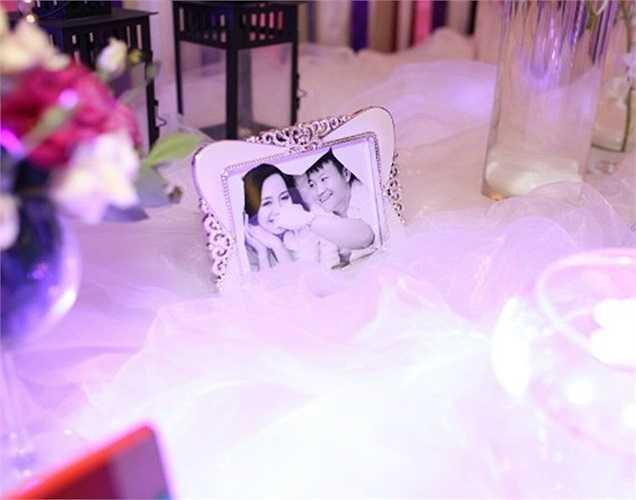 Cũng giống như hầu hết các cô dâu khác, Thanh Hằng là người đưa ra các ý tưởng cho lễ cưới của mình, quan tâm đến từng chi tiết nhỏ nhất. Chọn gam màu tím violet làm chủ đạo, người đẹp muốn có một không gian cưới tinh tế và sang trọng.